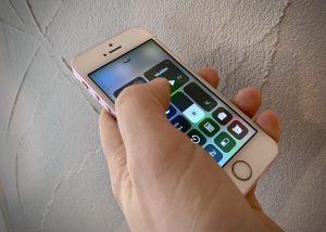 iphone se kädessä